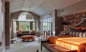 Оранжевый и серый цвет в интерьере спальни