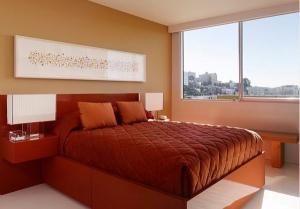 Сочетание красного и белого в интерьере спальни